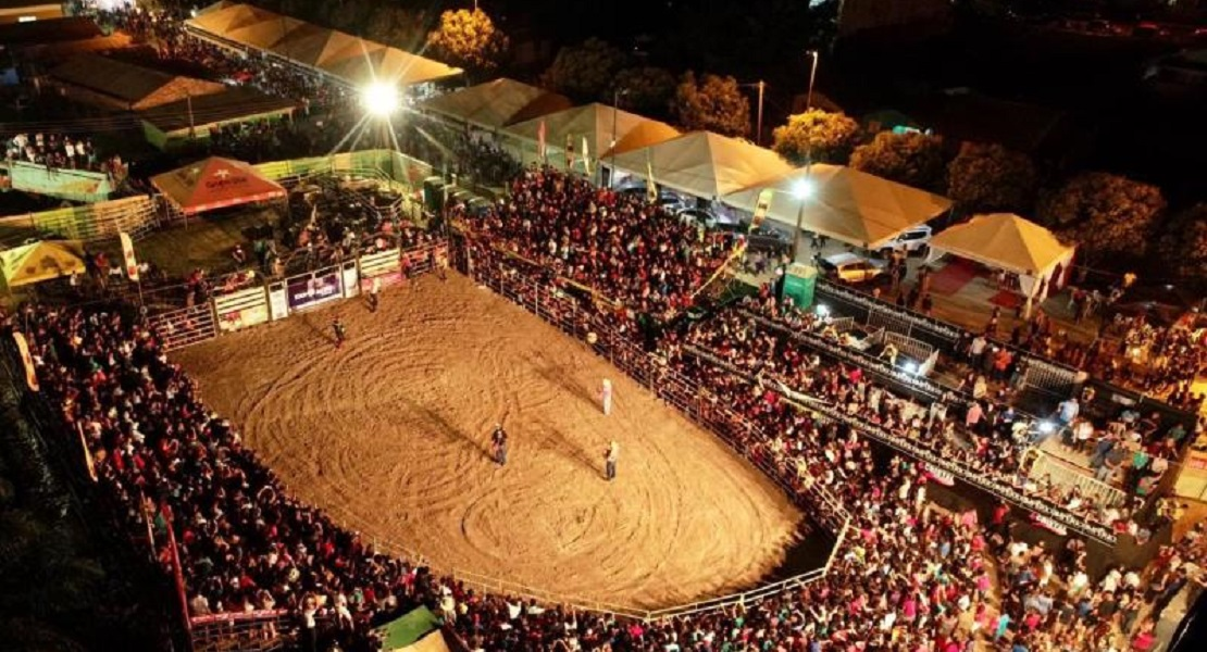 Final do rodeio leva multidão à arena de shows da Expoacre Juruá